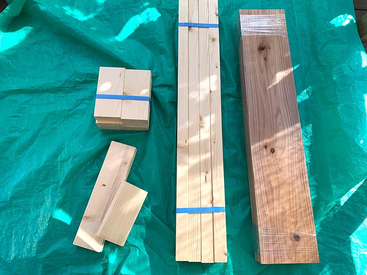オープンシェルフの木材