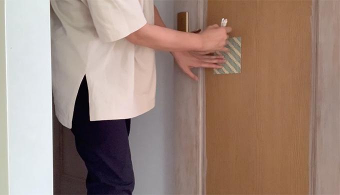 ドアへの鏡の貼り方