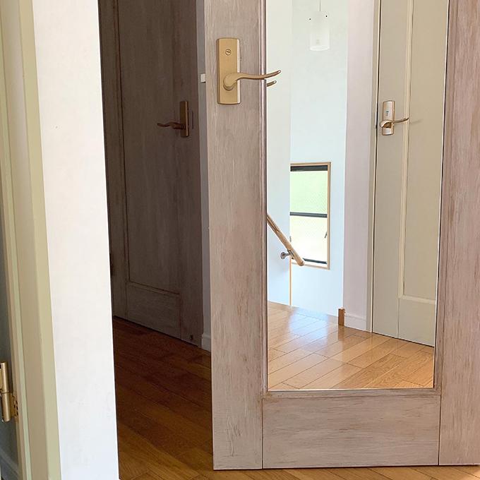 DIYでドアに鏡を貼る方法